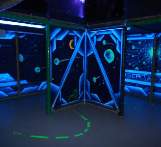 blacklight-lasertag-arena-@-dockx-by-maxi-hellweger-9