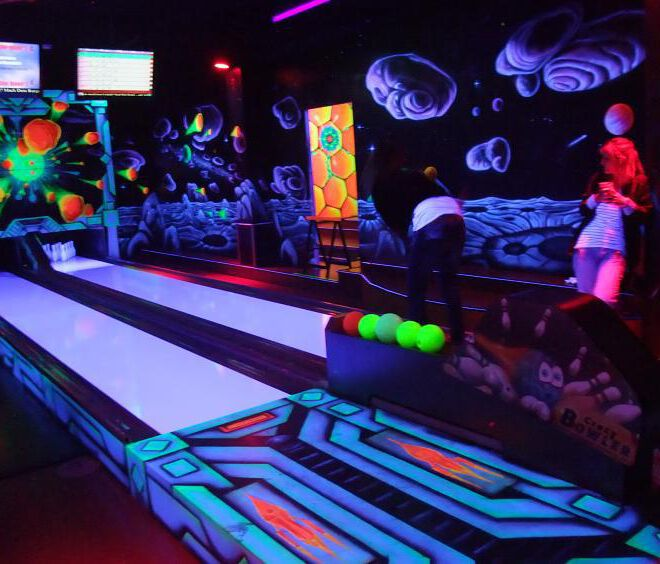schwarzlicht-bowling-@-schwarzlichtinsel-by-maxi-hellweger